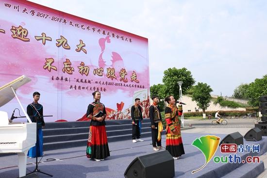 """四川大学研究生支教团""""雏鹰""""成长计划正式启动。图为彝族学生参加四川大学文化艺术节并表演节目。"""