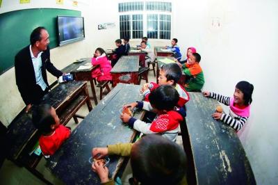 杨克千与万桃小学的孩子们愉快地交谈,每次支教团的到来都给孩子们带来无限的希望和欢乐