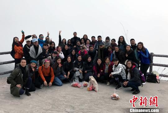 10月27日,内地及港澳青年艺术家参访凉山彝族自治州螺髻山。图为艺术家代表在螺髻山上合影。 张晓曦 摄