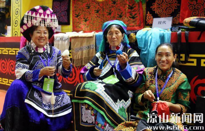 贾佳服饰应邀展览彝族服饰文化。