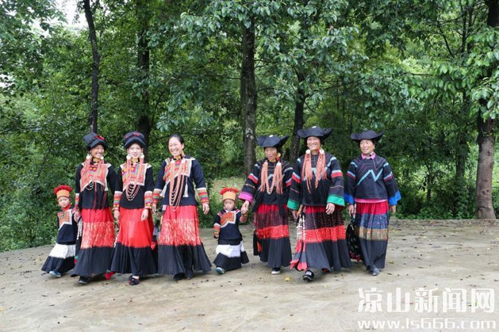 凉山彝族服饰 质朴与考究竟同出一炉图片