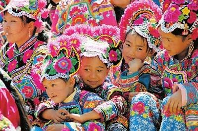 身着围腰的彝族女童们