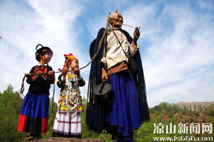彝族老人头顶的天菩萨。