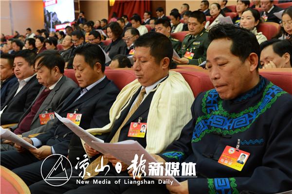 代表委员们认真听取州政府工作报告。4