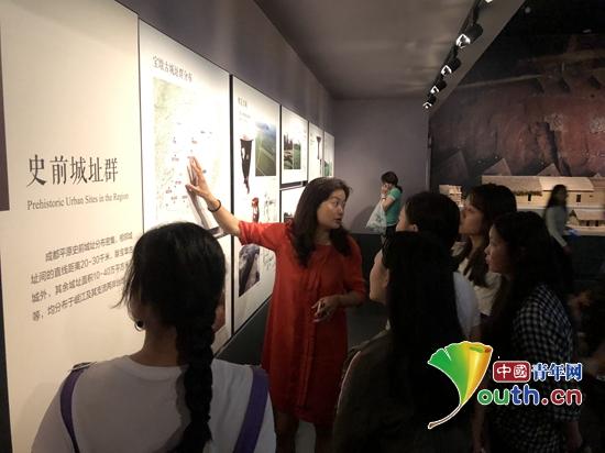 图为甘洛县彝族中学生在成都市博物馆进行参观。四川大学研支团 供图