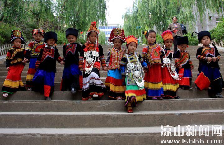 鲜艳明快活泼的儿童服饰。