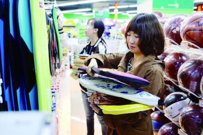 本报记者为万桃小学的孩子们购买文具和体育用品