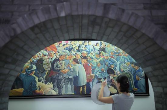 游客在位于四川省凉山彝族自治州冕宁县的彝海结盟纪念馆内参观(8月16日摄)。 在中国人民革命军事博物馆,珍藏着一面彝民红军沽鸡(果基)支队的队旗。它见证了一段彝海结盟的珍贵历史,记录了红军和彝族人民的深厚情谊。这是中国共产党和红军民族政策的伟大胜利。 新华社记者 薛玉斌 摄