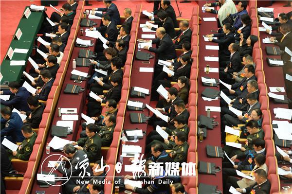 代表委员们认真听取州政府工作报告。